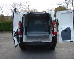 Kleine bestelwagen, achterdeuren open